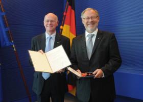 Bundestagspräsident Norbert Lammert überreicht Walter Kolbow, ehemaliger Bundestagsabgeordneter und Staatssekretär a.D., das Bundesverdienstkreuz.