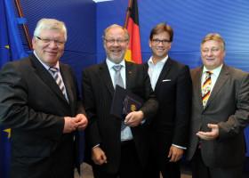 MdB Frank Hofmann, MdB Florian Pronold und MdB Martin Burkert gratulieren Walter Kolbow.