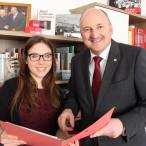 """Viele interessante Erfahrungen und Begegnungen"""": Melanie Tietze (r.) absolvierte ein Praktikum im meinem Wahlkreisbüro in Gemünden."""