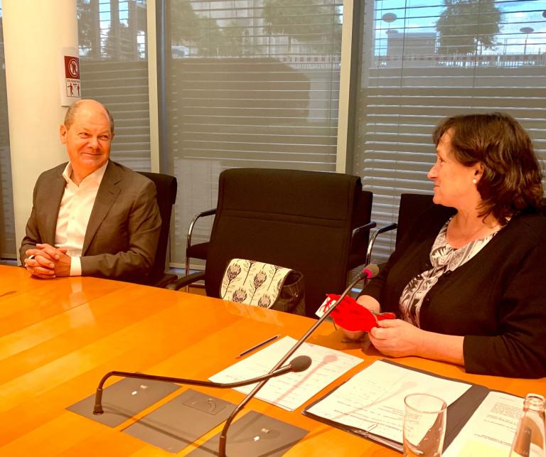 Marianne Schieder bedankt sich bei Olaf Scholz für sein Kommen.